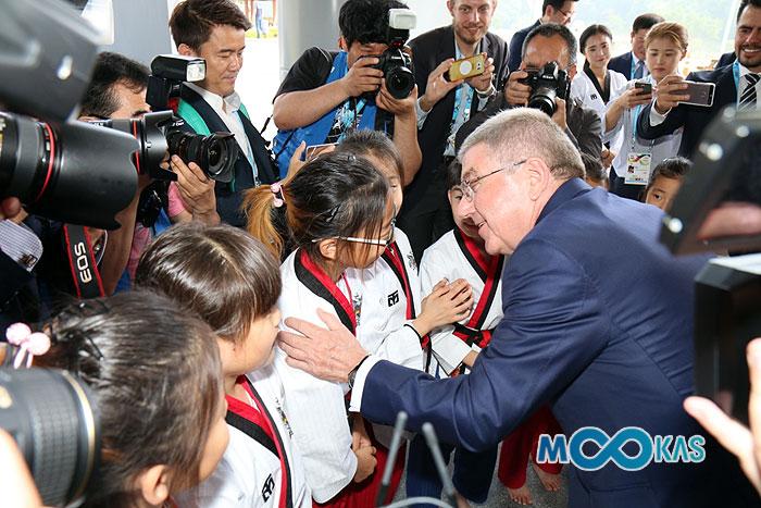 <a href='/news/15748'>[포토] 토마스 바흐 IOC위원장, 어린 태권도 수련생에 &quot;올림픽 꼭 나와라&quot;</a>