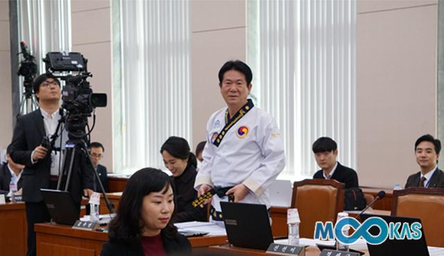 <a href='/news/16483'>[포토] 태권도 9단 이동섭 의원,  국정감사장에서 태권도복 입고 참석</a>